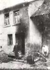 Das Haus des Schmiedemeisters Molz  Von links- Philipp Bauer, Gustav Molz (Kind), Gustav Molz (Vater)