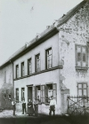 Das Haus von Philipp Schmell  Von li n re  Herbert, August, Wilhelmine, Philipp, Philipp Schmell