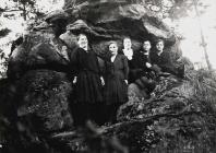 Vor dem Roedelstein, Von li - Alwine Molz, Irma Kistner, Else Kunz (Kiehl), Frieda Weck, Anna Fries