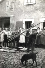 Willi Reidenbach beim Brot und Kuchenbacken vor dem Gemeindebackhaus mit Backgeschirr und Brotkoerben