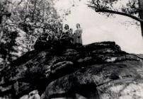 Auf dem Roedelstein  Felsen mit Hoehlen (bis etwa 1900 bewohnt von einer Familie Petz )