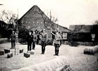 Kriegervereinsvorsitzender Karl Fries (2.v.l.) und Ortsgruppenleiter Karl Reidenbach (5.v.l) am Volkstrauertag beim Kriegerdenkmal