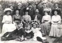 Lehrer Lanz mit Familie und Bekannten