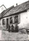 Adam Reidenbach und seine Frau mit Sohn Wilhelm vor dem Haus Wagner (Wanersch)