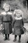 Hilda und Mina Maurer im Jahre 1915