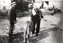 Albert und Rudolf Weck mit Kaelbchen