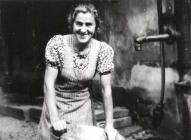 Emmy Weck beim Waschen am Brunnen